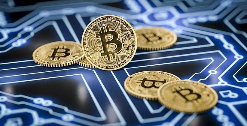 Digitales Bild einer Bitcoin-Münzen auf einem Computerboard liegend