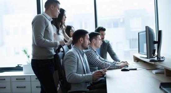 Junge Menschen Büro Software Computer Entwicklung