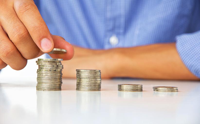 Mann zählt die Münzen auf dem Tisch